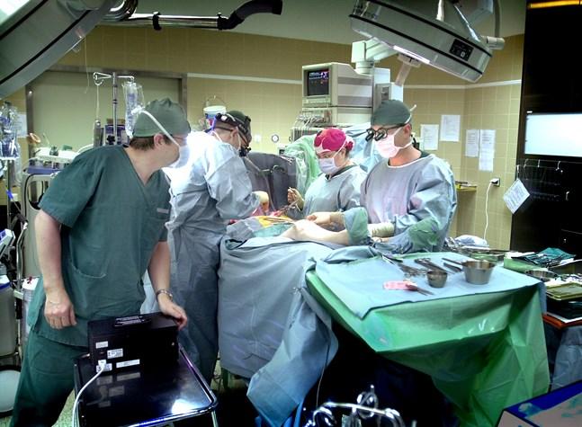 Kön till operationer har vuxit på Vasa centralsjukhus. Den 31 oktober väntade 867 personer på operation. Det är 257 fler än året innan. Av dem hade 34 väntat mer än sex månader. Det är längre än vårdgaratins gräns.