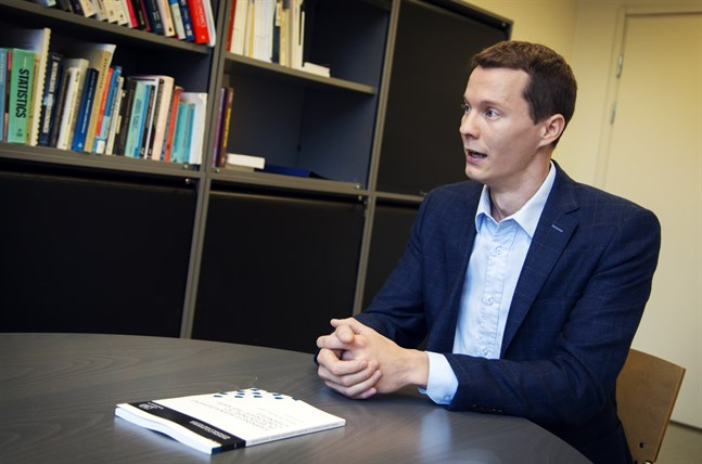 Dennis Sundvik, från Västerhankmo, berättar om sin avhandling på sitt kontor i Hanken i Vasa.