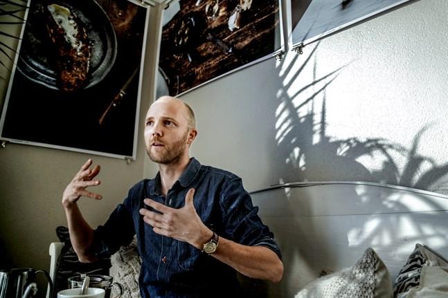 """David Jonstad, omställningsrörelsens frontfigur i Sverige, lämnade Stockholm för ett liv på landet. Han har skrivit tre böcker. Den senaste heter """"Jordad"""". I dag försörjer han sig i huvudsak som föreläsare och frilansjournalist. I tisdags föreläste han på Ritz i Vasa under Transition Week."""