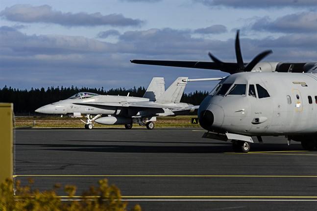 Flygvapnets Hornet och C-295M vid Kronoby flygfält. 10.10.2016.
