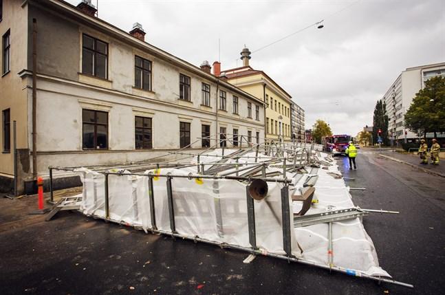 Så här såg det ut efter att byggställningen hade rasat på Museigatan i september 2016. En byggarbetare fick allvarliga skador.