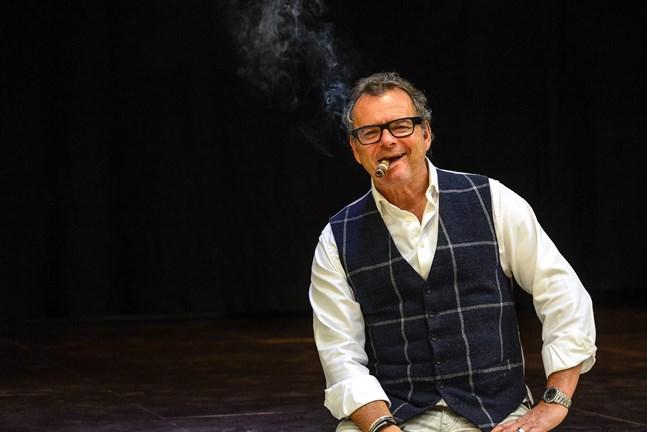 Steffo Törnquist underhöll publiken i Nykarleby med historier om sprit och lite annat. Kvällen avslutades på Steffovis med en god cigarr.