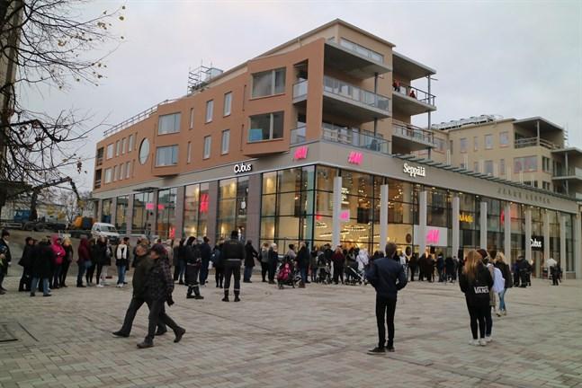 Öppningen av Jakob Center intresserar många.