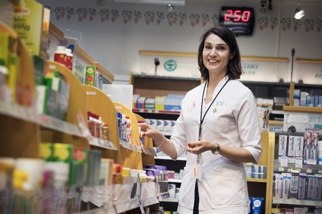 Apotekare Tiina Heikkilä har noterat att läkare skriver mera sällan ut recept på mediciner som det är brist på.