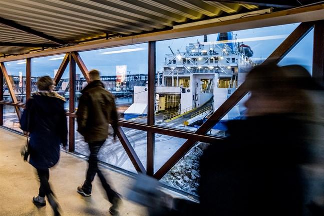 Den senaste vändningen i resefrågor gäller de som åker över till Sverige. Frågetecknen är många, men för arbetspendlare räcker det till exempel med test en gång i veckan.