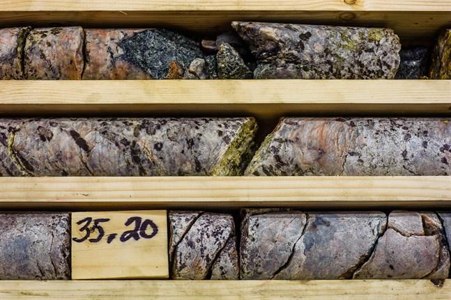 I bitarna från Kelibers provborrningar i Syväjärvi glimmar de kristaller som innehåller litium.