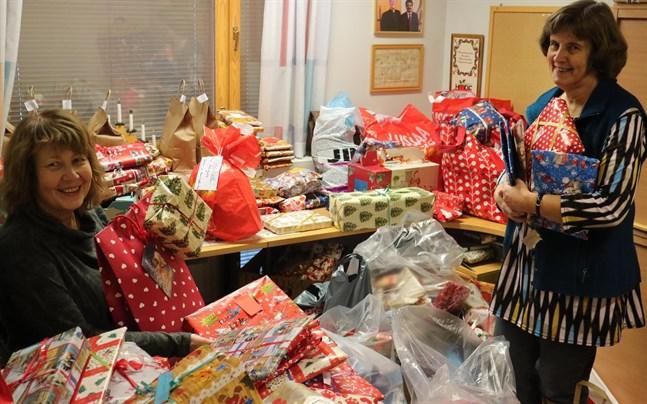 Diakoniarbetarna Helena Ekman och Marianne Sandström hade händerna fulla med julklappar efter insamlingen 2016.