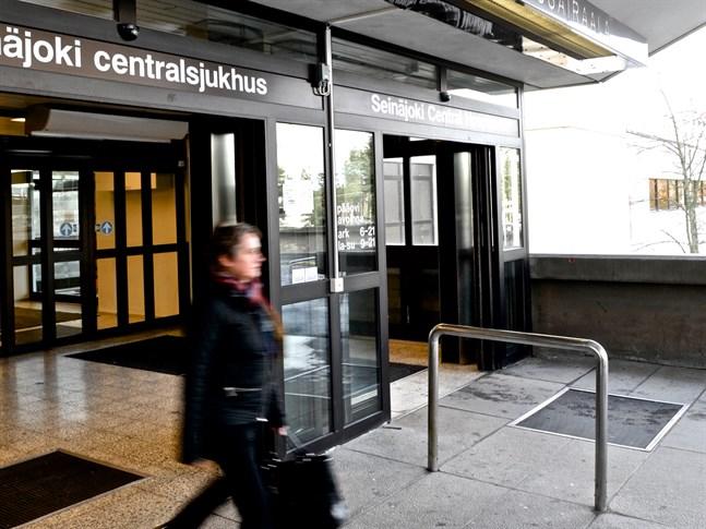 En person i Södra Österbottens sjukvårdsdistrikt har konstaterats bära på coronaviruset. Personen behöver inte sjukhusvård.
