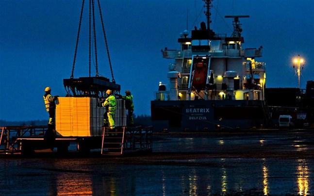 Cellulosa lastas i hamnen i Jakobstad.