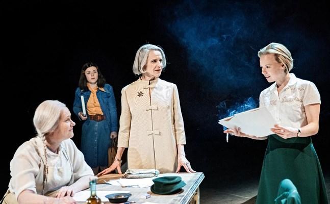 Från vänster Hellen Willberg som Toves mamma Ham, Elisa Makarevitch som den japanska flickan Myuki, Ylva Ekblad som den äldre Tove och Alma Pöysti som den yngre Tove.