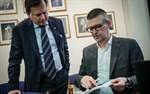 Jubileumsboken presenterades för en vecka sedan. Skribenten Lars Rosenblad visar upp boken för Janne Ylinen, vd för Halpa-Halli, ett av många företag som nämns i texterna.