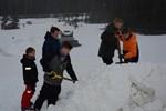 Kevin Lintula, Björn Back, Anton Mäki, Emil Berglund och Simon Lintula bygger en  hoppbacke till i slalombacken på Bötombergen.