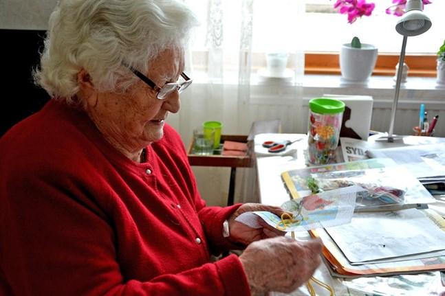 Astrid Qvist är född 6 mars 1912, och fyller 105 år på måndag.  Astrid tycker om att handarbeta.