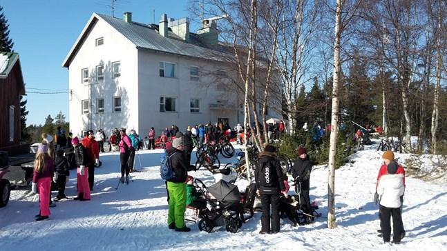 En solig vinterdag kryllar det av folk på Mässkär. Med rådande pandemi blir det problematiskt.