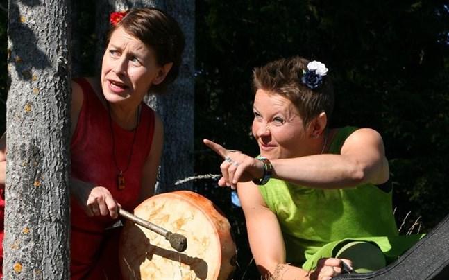Marianne Maans och Désirée Saarela-Portin som folkmusiktrollen Skrubiluttan och Skrubilej.