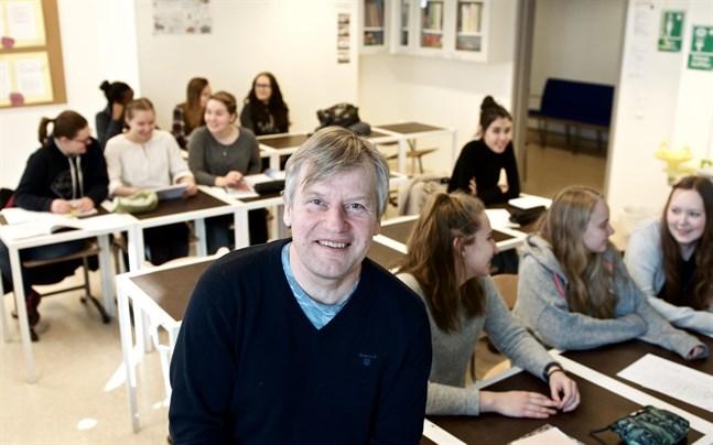 Rektor Stefan Kula lämnar Topeliusgymnasiet till hösten. Fem personer har sökt rektorstjänsten. Valet sker i slutet av mars och bland de fyra som är formellt behöriga.