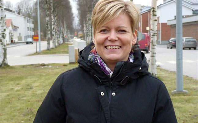 Tina Nylund, välfärdschef i Nykarleby, tilldelas Svenska folkskolans vänners folkbildningsmedalj.