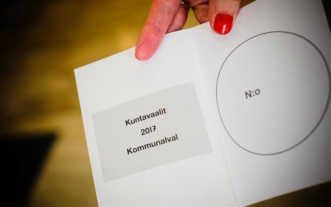 Valfunktionärer som har hand om bland annat hemmaröstningen kan vaccineras mot coronaviruset