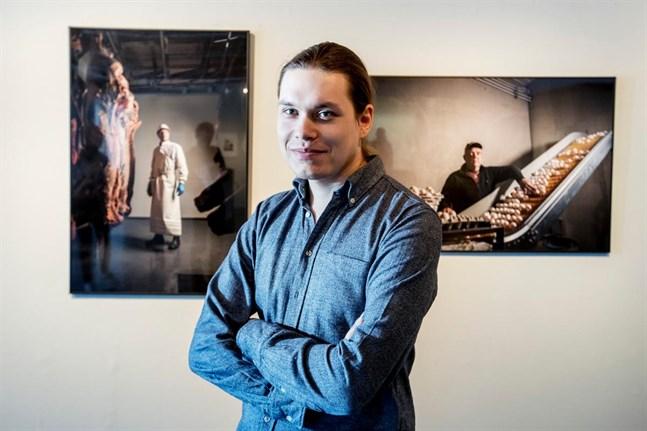 Det här fotot på Kasper Dalkarl togs 2017, i samband med att Yrkeshögskolan Novias fotostuderande hade sin examensutställning i konsthallen i Vasa.