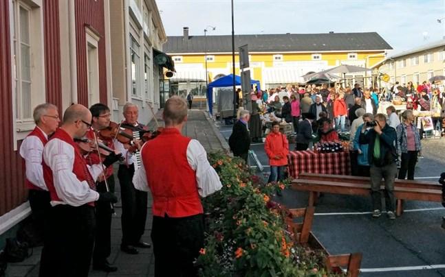 Tjöck spelmanslag brukar vara ett givet inslag på gammaldags torgdag i Kristinestad. Men i år, liksom i fjol, ställs torgdagen in.
