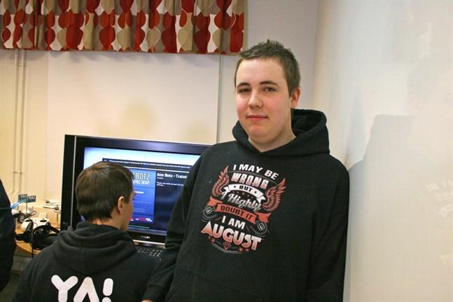 Robin Strömfors spelar Counter Strike ett par timmar varje kväll och förbereder sig nu inför tävlingen i Helsingfors, där e-sportlaget från YA i Närpes tävlar mot fem andra skolor.