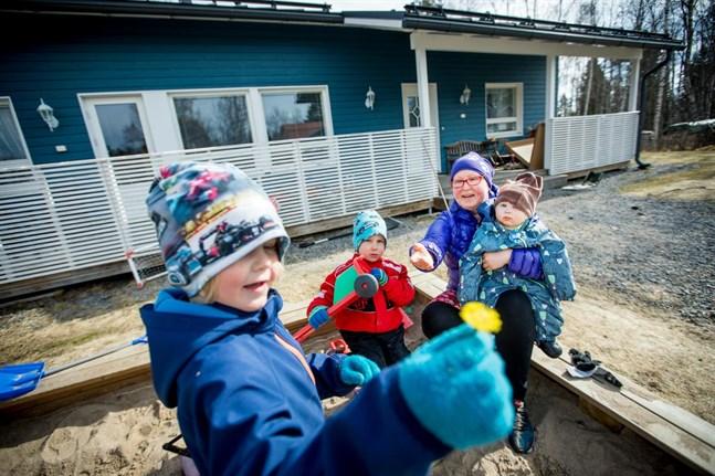 Cecilia Vesterholm kämpar för sina barn. På bilden syns tre av fem: Elias, 6 år, Simon snart 5 år och Thomas, 1 år.