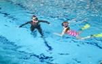 Bra simtag! Ralf Lax övervakar Emelie Lillqvists dykning.