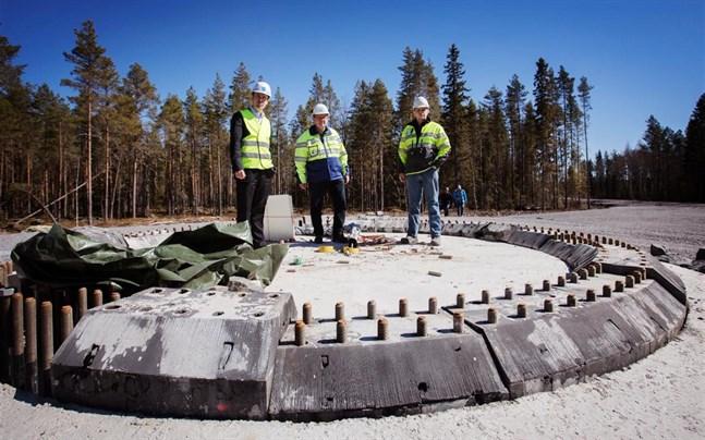EPV:s Frans Liski, Harri Rantakivi och Anssi Koski på ett fundament i Ömossa våren 2017, då vindkraftsparken byggdes. Under nästa år klarnar det när bolaget sparkar igång projektet i Norrskogen i Närpes.