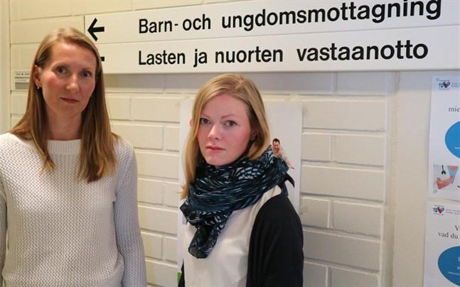 Mervi Bro och Sofie Ena hjälper just nu fyra familjer med hjälp av den multidimensionella familjeterapin. Träffarna hålls i hemmet, skolan och på mottagningen.