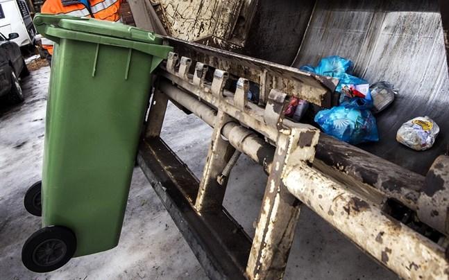 Mängden sopor ökar då folk är i hemmakarantän. Det finns en risk för att sophämtarna utsätts för smittan.