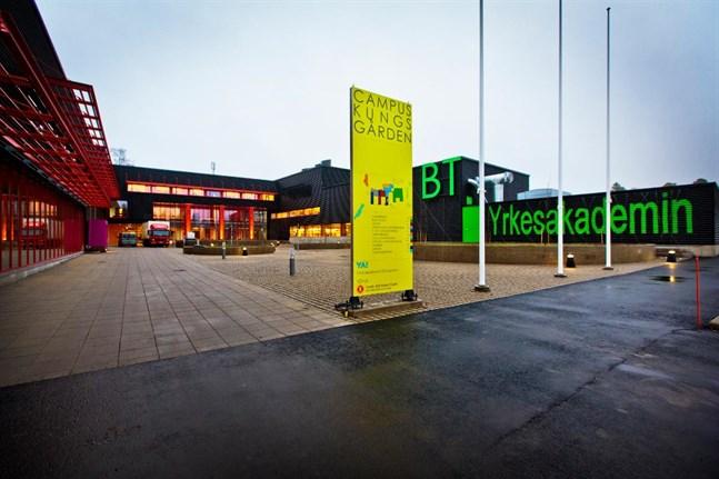 Yrkesakademin i Österbotten och Wasa Teater hotas av permitteringar.