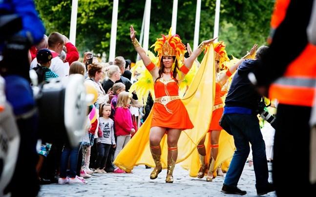 Konstens natt i Vasa hör till de mest populära evenemangen i Vasa. En av publikfavoriterna brukar vara sambatåget, som är inställt i år.