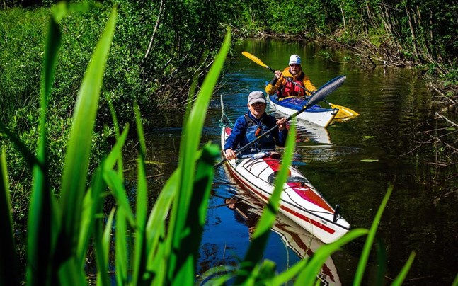 Leif Lunabba och Carl-Gustav Eriksson från kanotklubben Botnia Canoe paddlar fram genom en kanal. Arkivbild från 2019.