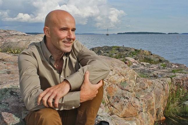 Han har sommarställe på Åland och tre syskon i Helsingforstrakten, det är Mark Levengoods viktigaste kontakter till Finland.