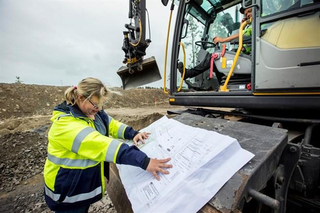 Leena Roininen beräknar att sagoparken vid Björsberget ska vara klar om några veckor. I grävmaskinen sitter Ronny Österlund.