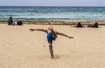 Yogaövningar på Cala Saonas fina sandstrand.