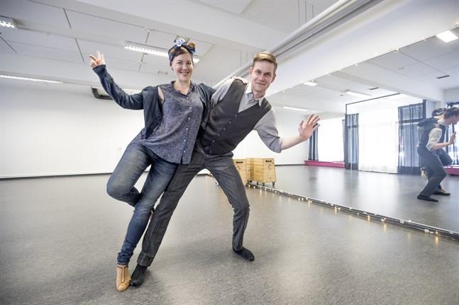 Vi ser det här som en dans- och fitnesstudio. Andra grupper får gärna höra av sig. Här finns möjlighet att ordna till exempel yoga eller gympa, säger Sabine Mickelsson, som här dansar med Petri Blomqvist.