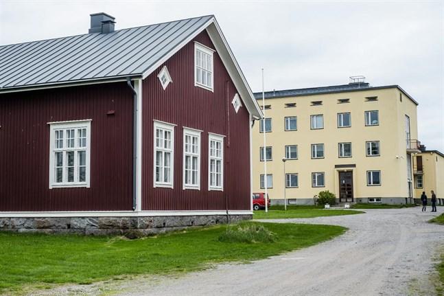 Lagmansgårdens skolbyggnad och internat ligger i Östensö i Pedersöre.