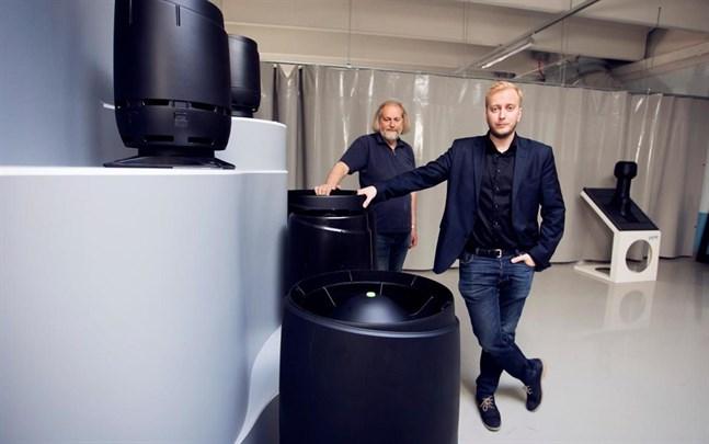 Vilpe tillverkar bland annat takgenomföringar och takhuvar. På bilden visar Eero Saikkonen och Tuomas Saikkonen upp företagets nya takhuvar.
