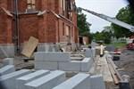 På västra sidan av kyrkan byggs ny trappa, invaramp samt hiss.