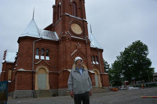 Byggnadsövervakare Ingmar Norrback säger att kyrkorenoveringen torde vara avslutad senast i början av oktober.