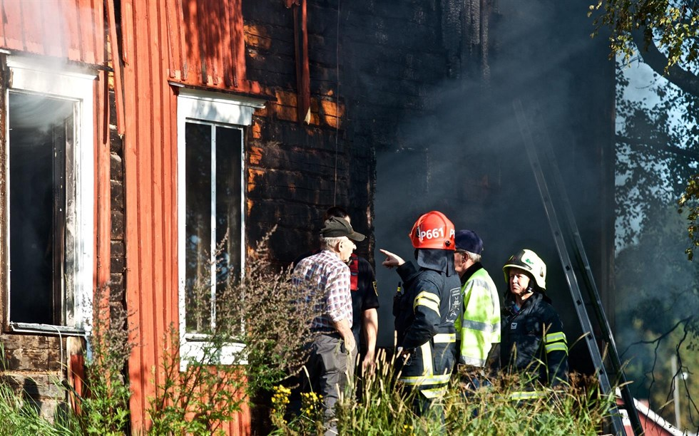 En person troligen omkommen nar villa brann