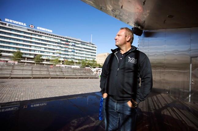 Max Jansson är långt ifrån imponerad när han fått höra att det troligen blir nya restriktioner för Sverigeresenärer.
