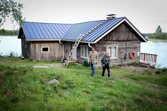 Björkören är en av de hyressstugor i Kvarken som Forststyrelsen underhåller. På bild Kari Hallantie och Merja Aakko. Bilden är en arkivbild från 2017.