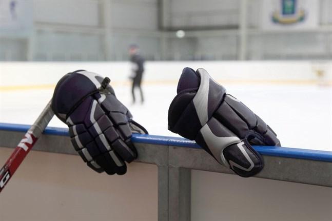 Det är inte bara huvudskadorna som minskar då flexibla sarger och skyddsglas införs i ishockeyarenor.