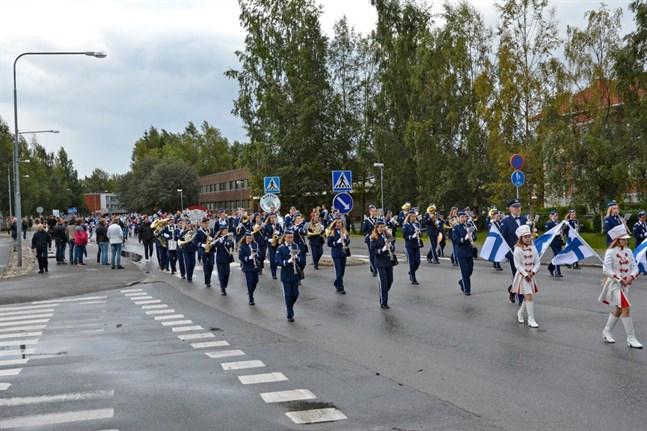 Närpes skolmusikkår och drillflickorna tågade i spetsen för paraden.