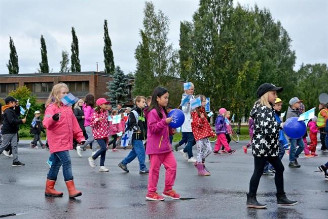 Med flaggor och blåa och vita balllonger uppmärksammades 100-åriga Finland.
