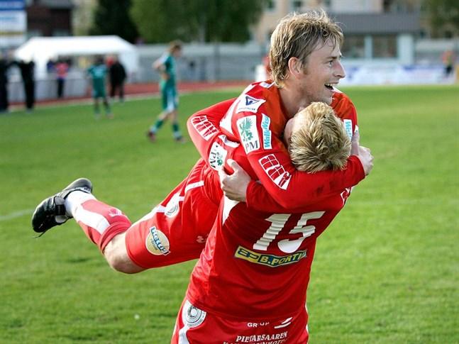Här hoppar Jimmy Wargh upp i Mikko Paatelainens famn efter ett mål 2006.