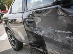 Den flyende bilen krockade på Nätbindaregatan och fick stora plåtskador.