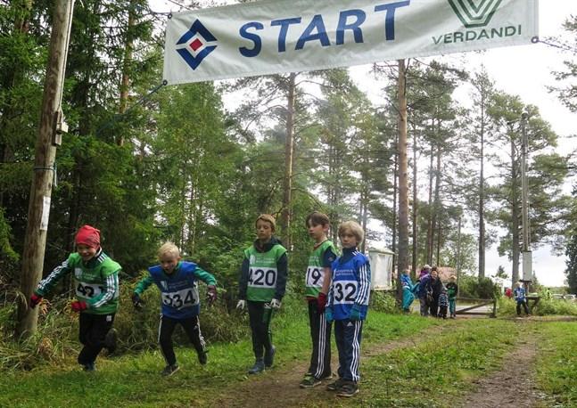 Där gick startsignalen! Oliver Smedman, Oscar Träskelin , Isak Mäkinen, Casper Lundström och Robin Pokorny ger sig av.